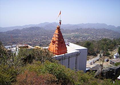 Храм Даттатреи на вершине горы Абу на месте Его первой проповеди