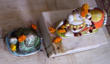 Размещённые перед алтарём храма Даттатреи на вершине горы Абу на месте Его первой проповеди статуи черепахи (символа йоги) и быка Нанди (средства передвижения Шивы)