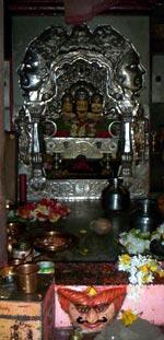 Алтарь храма Даттатреи у гхата в Гангапуре