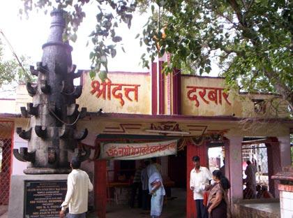 Храм Даттатреи в 3 км от Гангапура у гхата на месте Его просветления