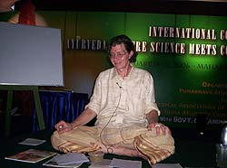 Роберт Свобода во время выступления на аюрведической конференции
